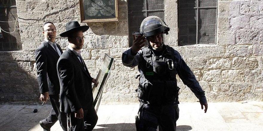 Polis koruması altında Mescid-i Aksa'nın avlusuna girdiler