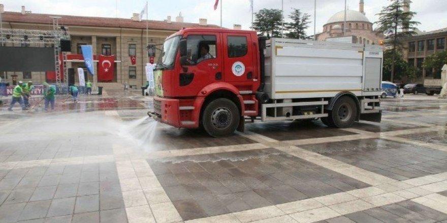 Demokrasi Nöbeti tutulan meydan gül suyu ve dezenfektanlarla temizleniyor