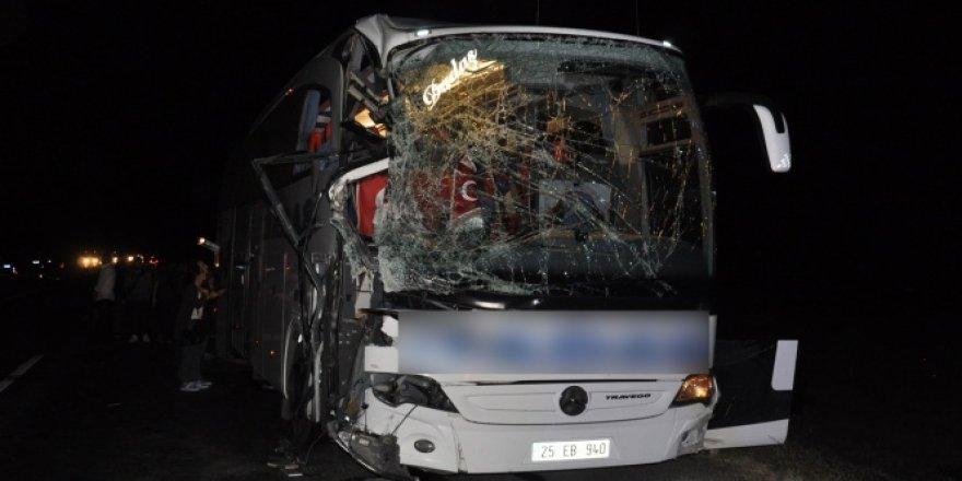 Yolcu otobüsü ile biçerdöver çarpıştı: 5 yaralı