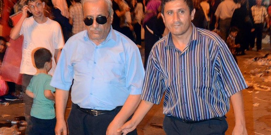 Baba ve oğlu 'demokrasi nöbeti' için 'engel' tanımıyor