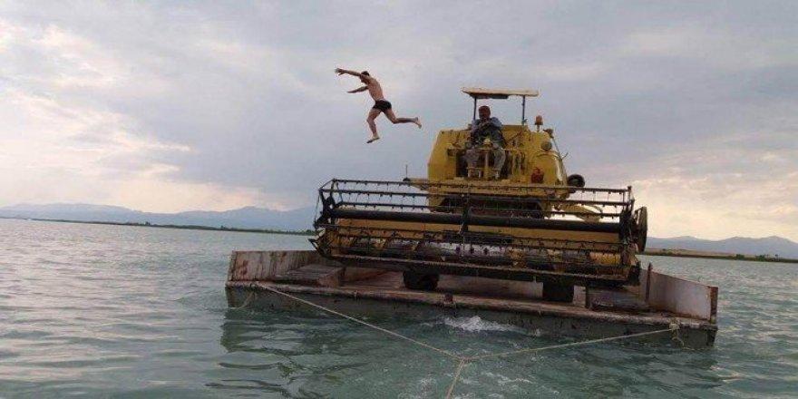 Göl üzerinde biçerdöverin ada yolculuğu