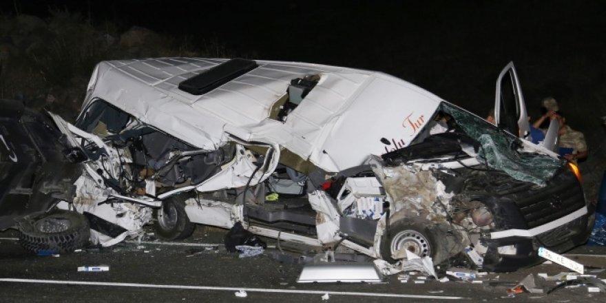 Minibüs askeri araçla çarpıştı: 5 yaralı