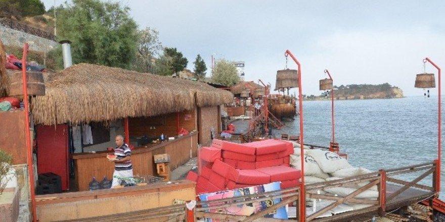 Kuşadası'nda sahili işgal eden eğlence yeri yıkıldı