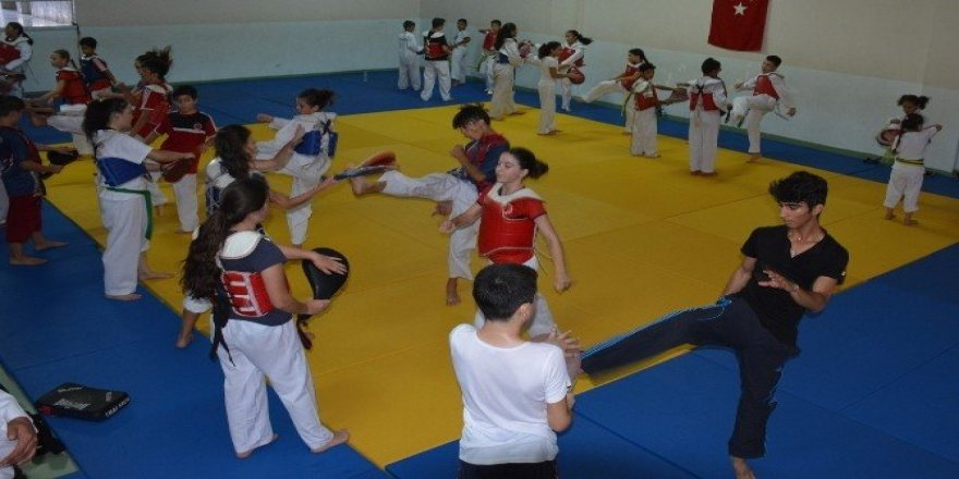 Bergama'da ordu gibi taekwondo takımı