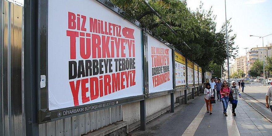 """Diyarbakır'da darbe ve teröre """"afişli"""" tepki"""