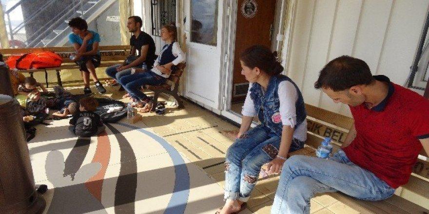 13 kişilik aile botla kaçarken yakalandı