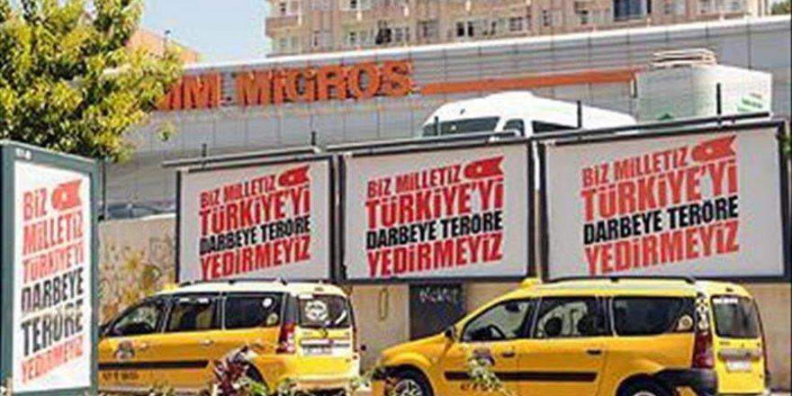 'Biz milletiz Türkiye'yi darbeye teröre yedirmeyiz' yazılı afiş