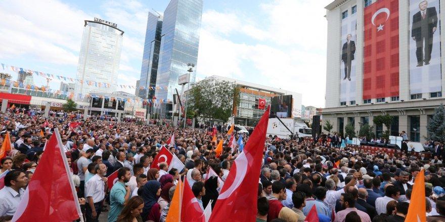 AK Parti Genel Merkezi önündeki törenlere yoğun katılım