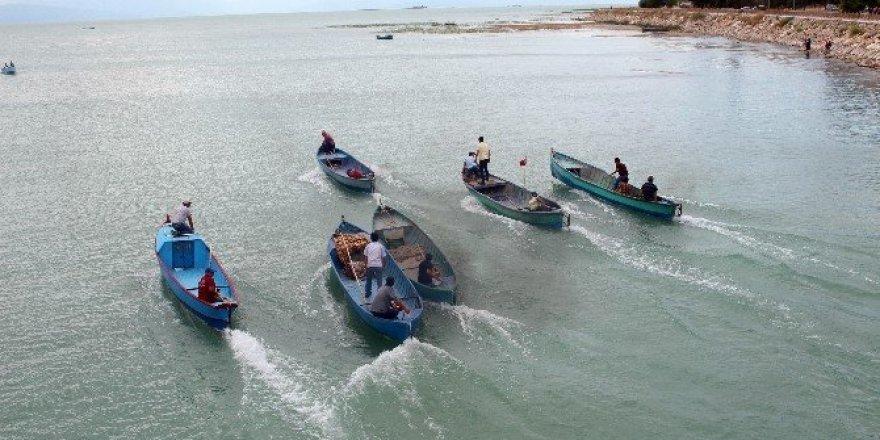 Gölde yarışan motorlu balıkçı tekneleri nefes kesti