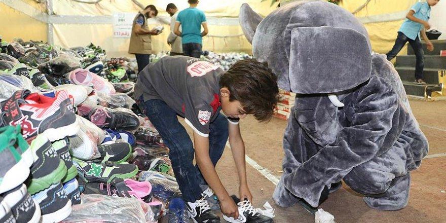 Suriye'deki yetimlere ayakkabı yardımı