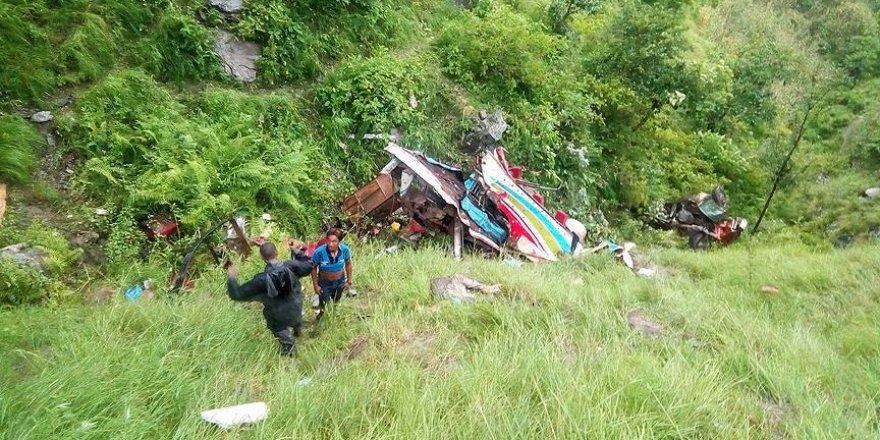 Nepal'de otobüs devrildi: 33 ölü