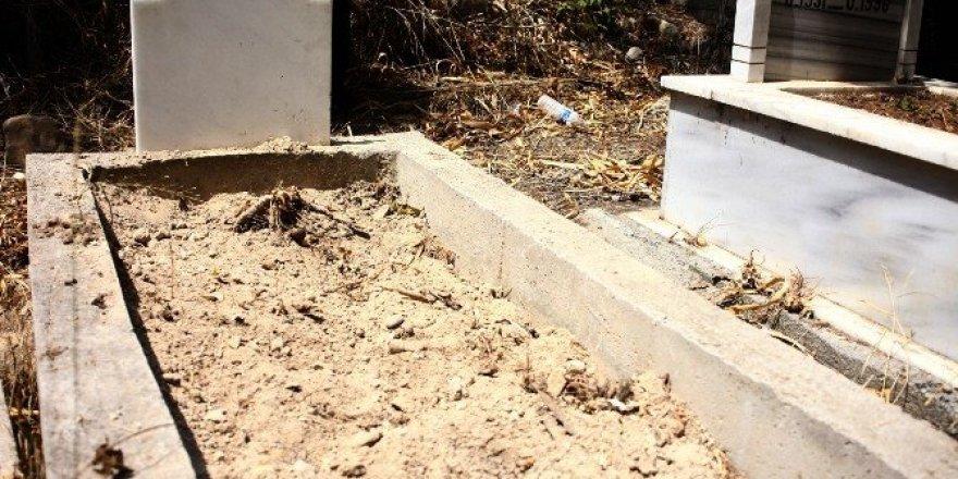 Tuvalette doğurduğu bebeğini, babasının mezarına gömdü