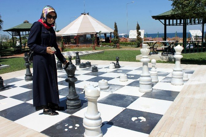 Türkiye'nin ilk açık hava satranç sahasının dev piyonları kırıldı