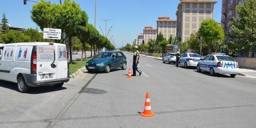 Manisa'da iki otomobil çarpıştı: 1 yaralı