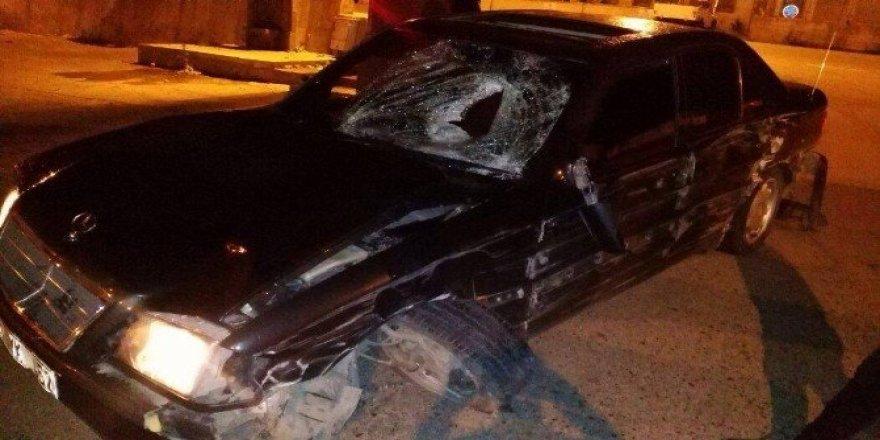 Yol kenarında yürüyen genç kıza araba çarptı