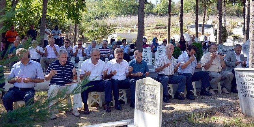 Marmara Depremi'nin 17. yılında yakınlarının mezarlarını ziyaret ettiler