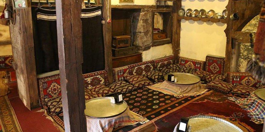 Restoranında 40 bin antika eşya sergiliyor