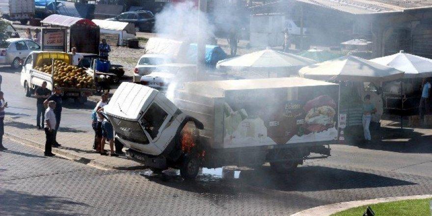 Manisa'da dondurma yüklü kamyonet alev aldı