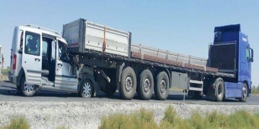 Hafif ticari araç TIR'ın altına girdi: 1 yaralı