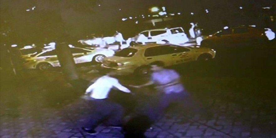 Seyir halindeki taksinin önünü kesip, aracı kaçırdılar