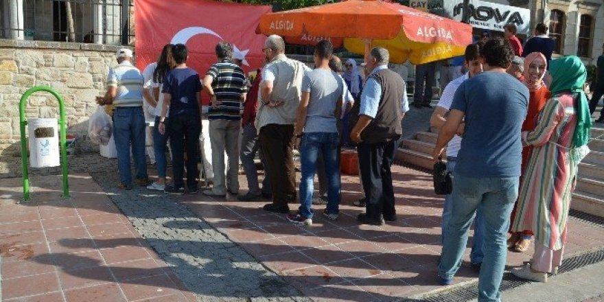 Aliağa'da, AK Partili kadınlardan şehitler için lokma döktürdü