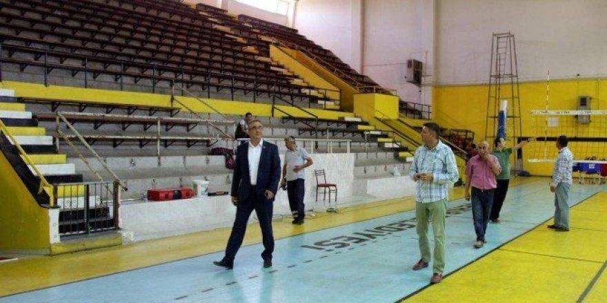 Başkan Karaçoban, spor salonundaki çalışmaları yerinde inceledi