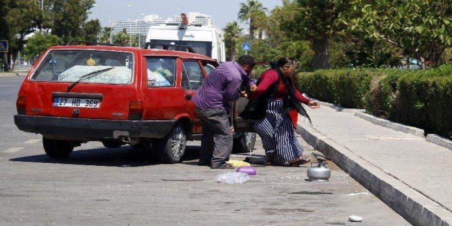 Yol ortasında karısını dövdü
