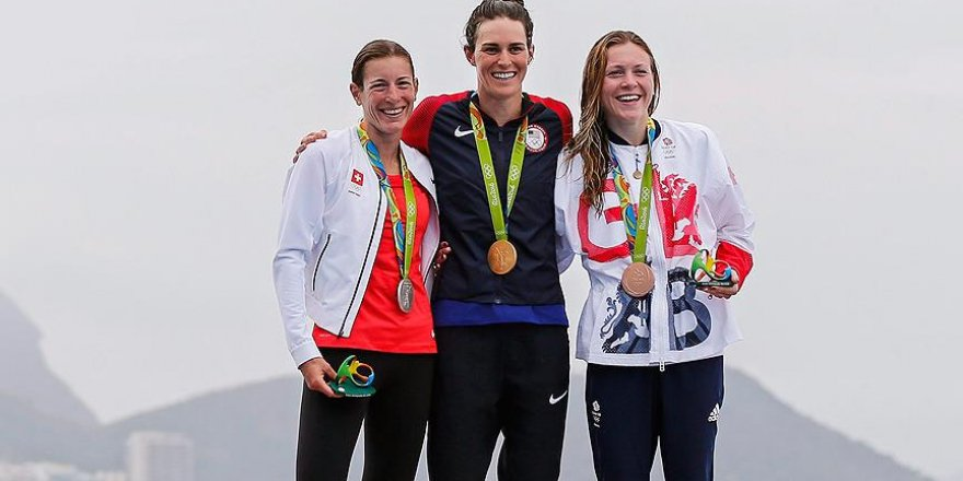 Triatlon branşında kadınlarda madalyalar dağıtıldı