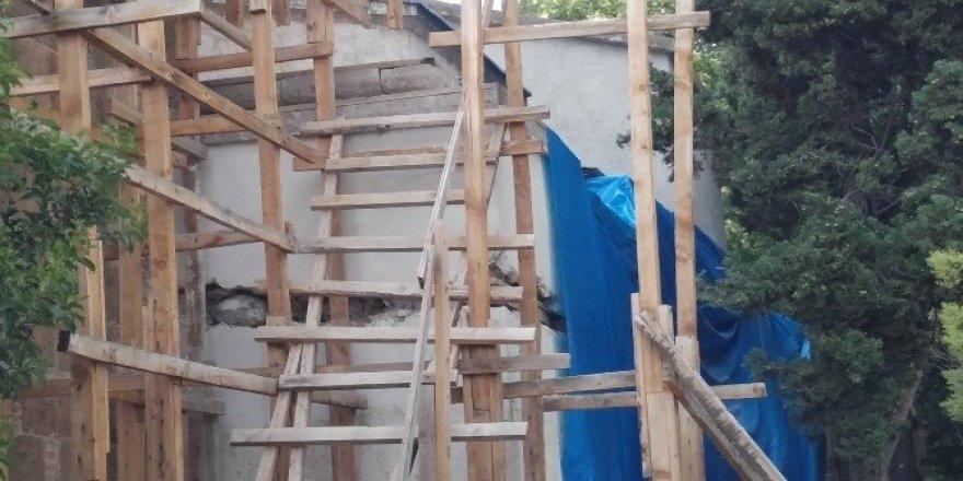 Uşak Ulu Cami'nin güney duvarı branda ile örtüldü
