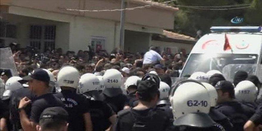 Gaziantep'teki cenaze namazında provokasyon! Polise saldırdılar