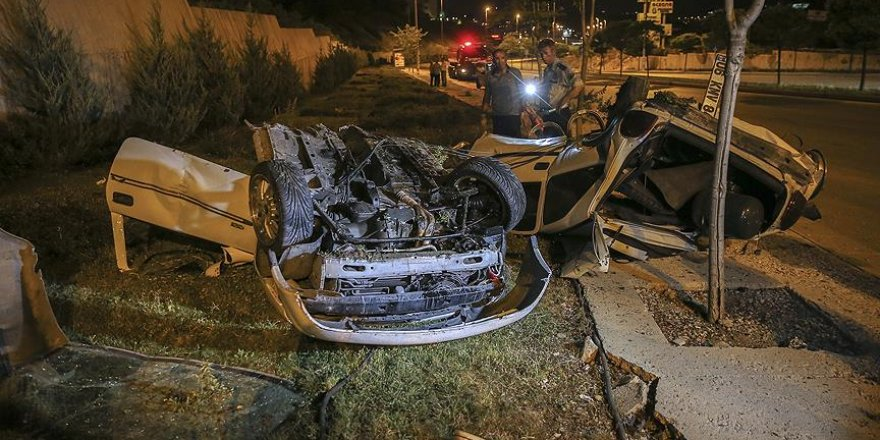 Başkentte aydınlatma direğine çarpan otomobil ikiye bölündü: 1 ölü