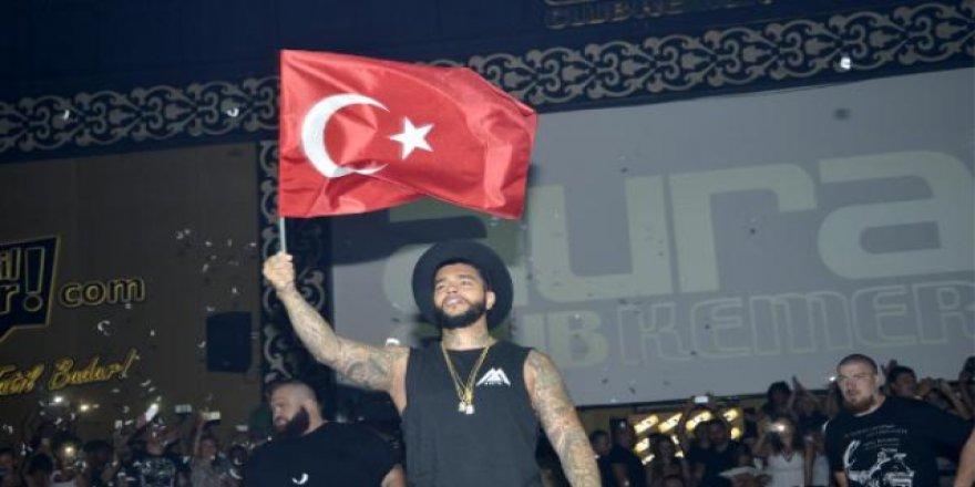Rus şarkıcı konserinde Türk bayrağı salladı