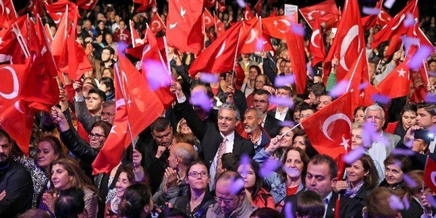 Karşıyaka'da 10 bin kişiyle fener alayı