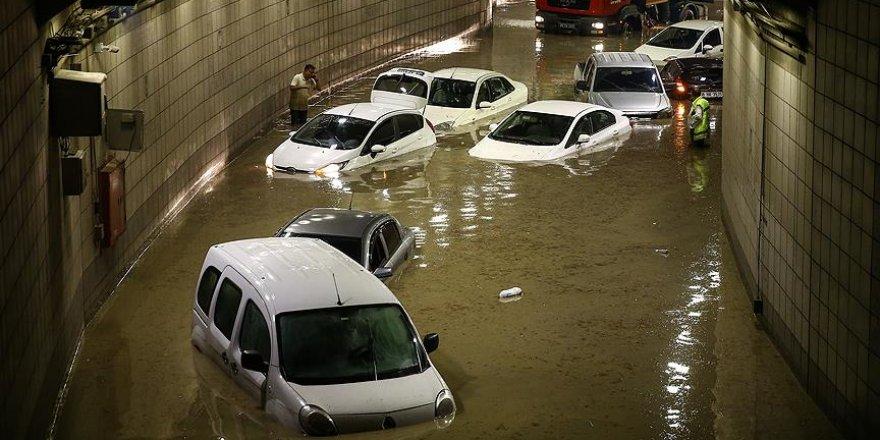 Başkentte şiddetli yağış vatandaşlara zor anlar yaşattı
