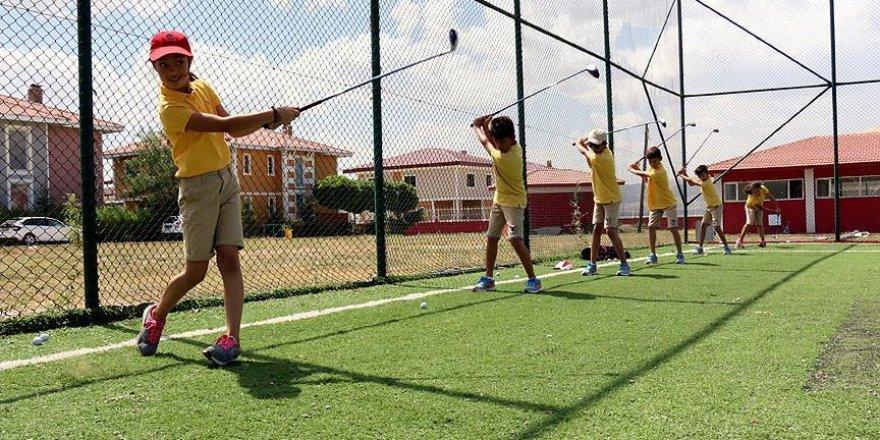 Erzurumlu çocuklar golfte madalyaya doymuyor
