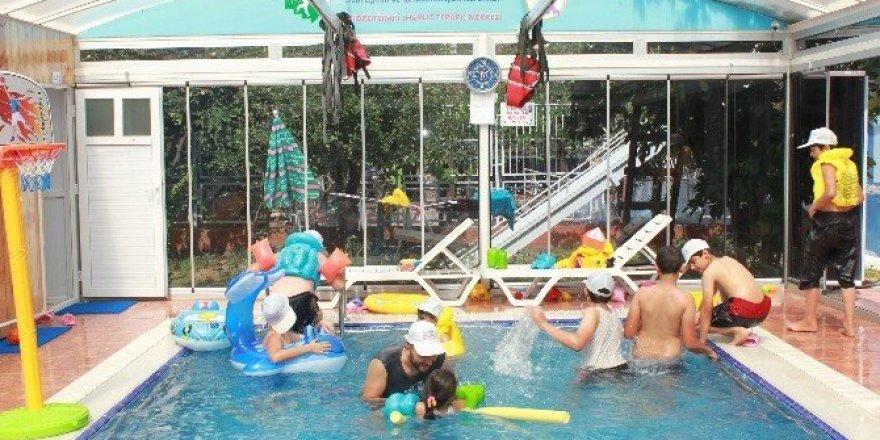 Terör mağduru çocuklara havuz terapisi