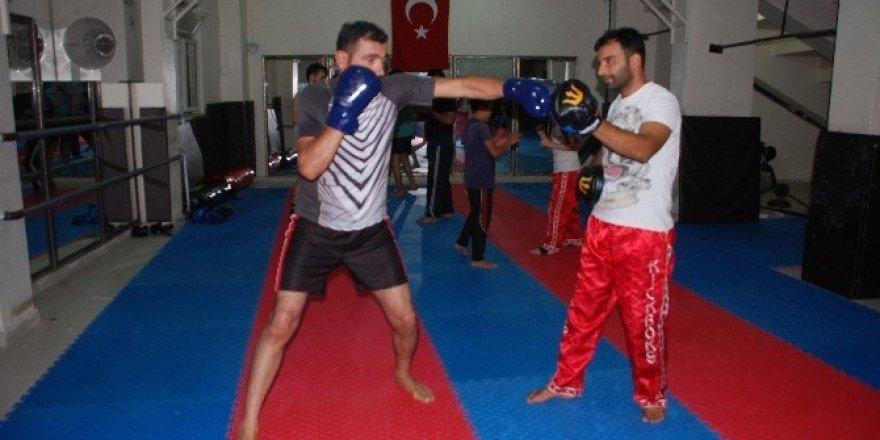 Kick boksa ilgi her gecen gün artıyor