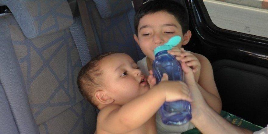 İtfaiyenin kurtardığı küçük kardeşlerin ilk işi su içmek oldu