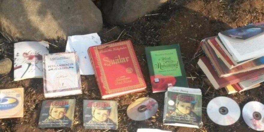 Diyarbakır'da çevre yoluna atılmış FETÖ kitapları bulundu