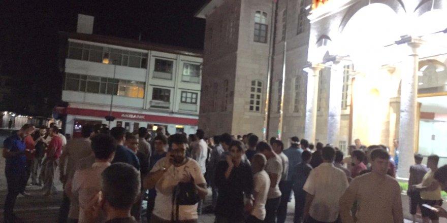 Konya'da elektrikler kesilince halk 'Ne oluyor' diye sokağa indi