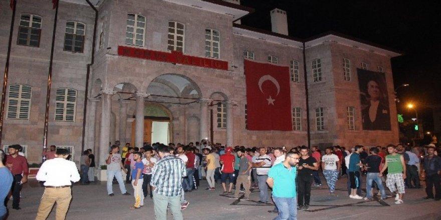 Konya'da elektrikler kesildi, vatandaş sokağa döküldü!