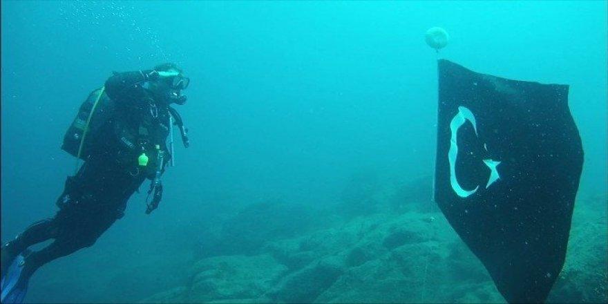 30 Ağustos Zafer Bayramını suyun altında bayrak açarak kutladılar