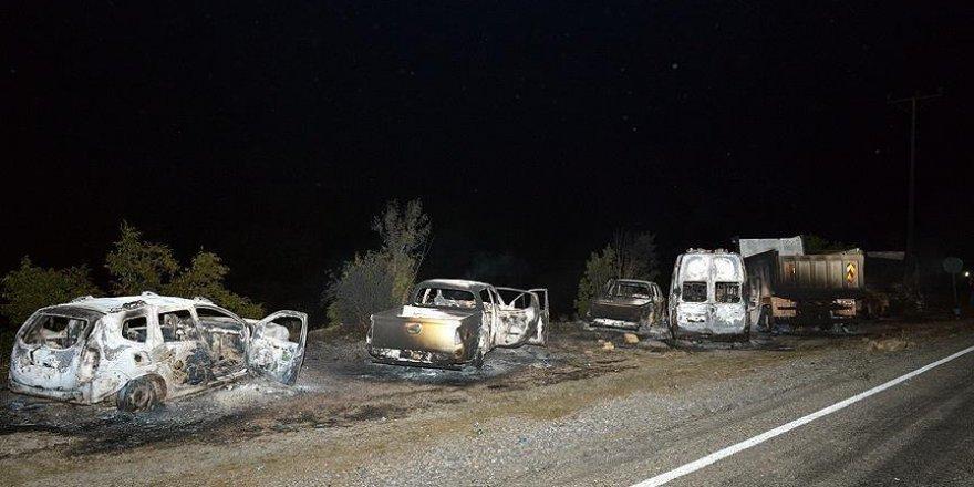 Bitlis'te teröristler 11 aracı ateşe verdi
