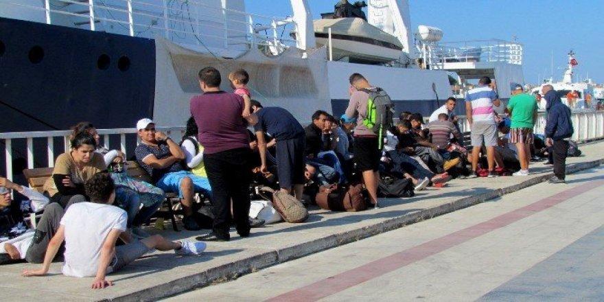 Ege Denizi'nde onlarca sığınmacı son anda kurtarıldı