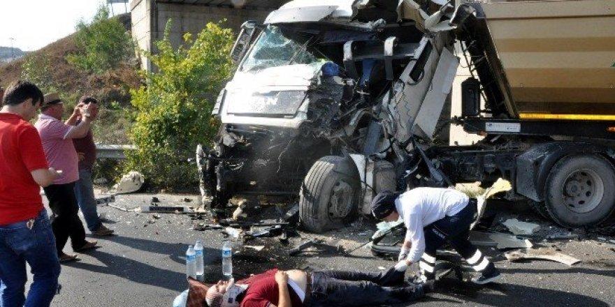 Hafriyat kamyonu ile yolcu otobüsü kafa kafaya çarpıştı: 7 yaralı
