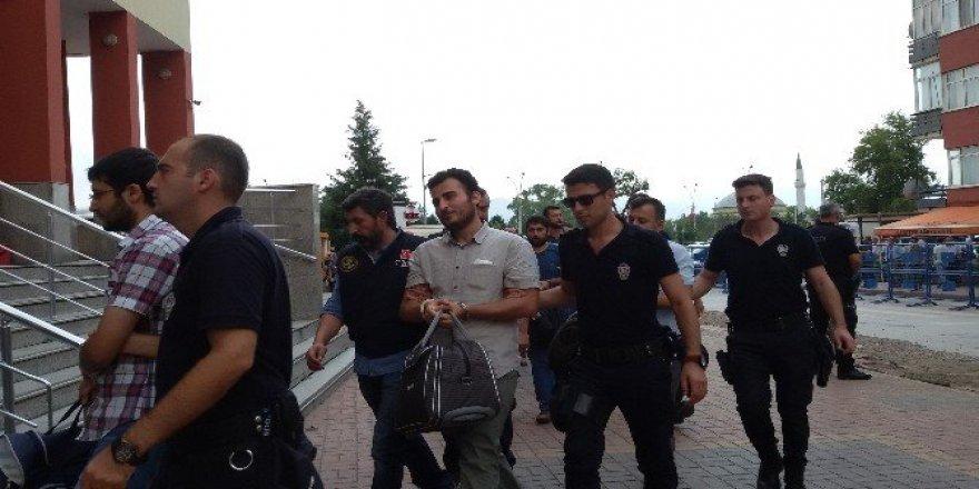 Aralarında rütbelilerin de bulunduğu 25 polis adliyede