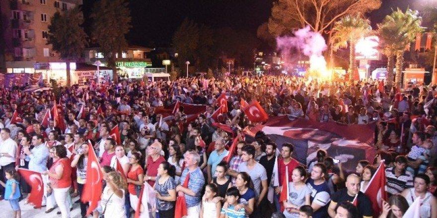 Milas'ta binlerce kişi fener alayına akın etti