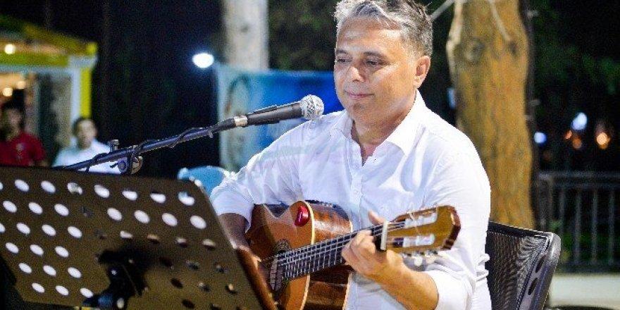 Başkan Uysal gitarıyla sahnede
