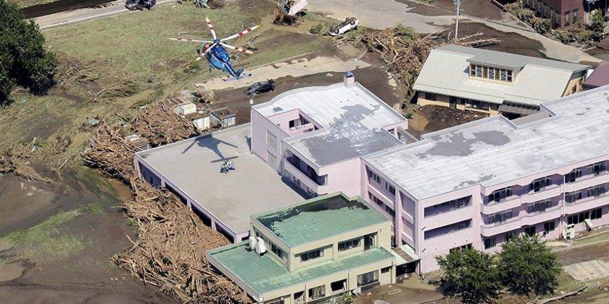 Japonya'daki Lionrock tayfunu binlerce kişiyi mahsur bıraktı