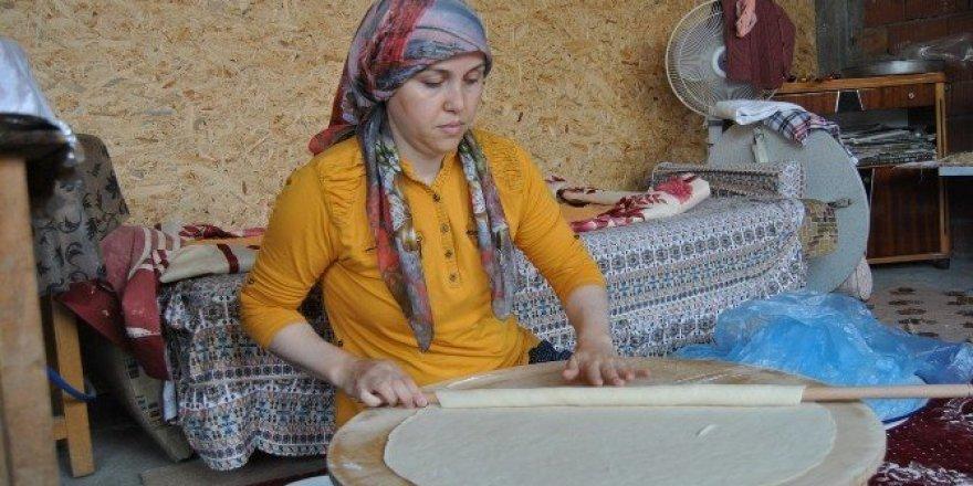 Ev hanımları kışlık yiyecek yaparak aile ekonomisine katkı sağlıyor